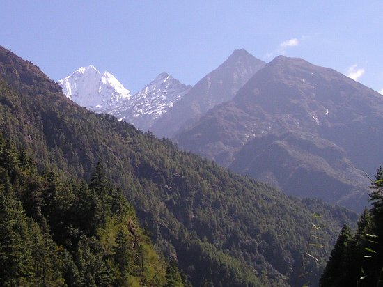 PA220797-1 谷から覗く遠くの山峰.jpg