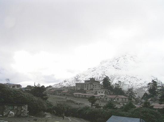 PA250949ガスが晴れれば雪山.jpg