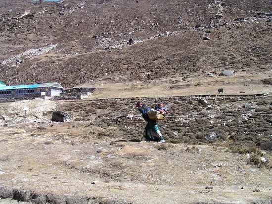 PA291256 村を往く母子.jpg